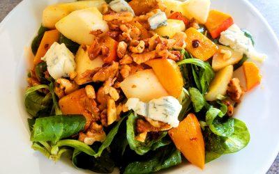 Herbst-Salat mit gebratenem Kürbis, karamellisierter Birne und Blauschimmelkäse